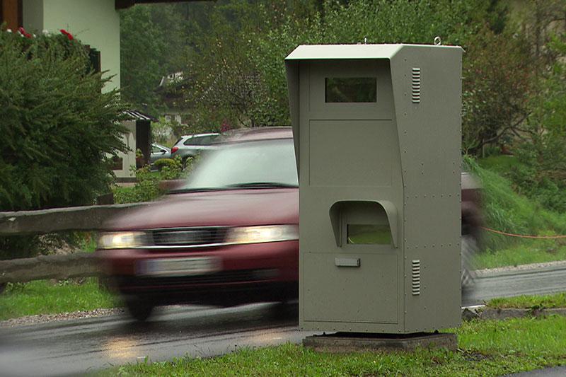 Radarkasten (Radarbox) mit Auto im Ortsgebiet