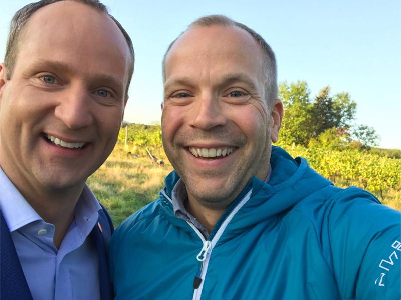 NEOS-Chef Matthias Strolz mit Radio Wien-Reporter Bernhard Weihsinger