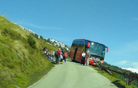 Reisebus gegen Leitschiene