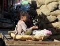 Ein Mädchen in Pakistan putzt Knoblauch auf einem Markt in Lahore.