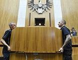 Die Regierungsbank wird abmontiert