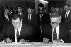 Vladimír Mečiar a Václav Klaus podepisují jednu z mezistátních smluv