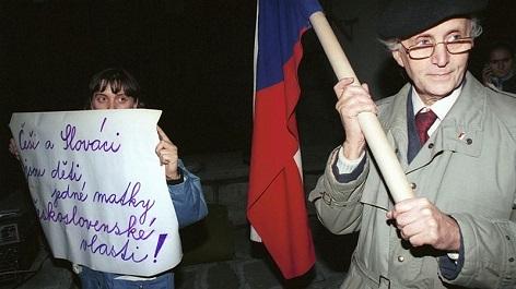 Účastníci manifestace v listopadu 1992 na pražském Albertově požadují referendum k rozpadu Československa.