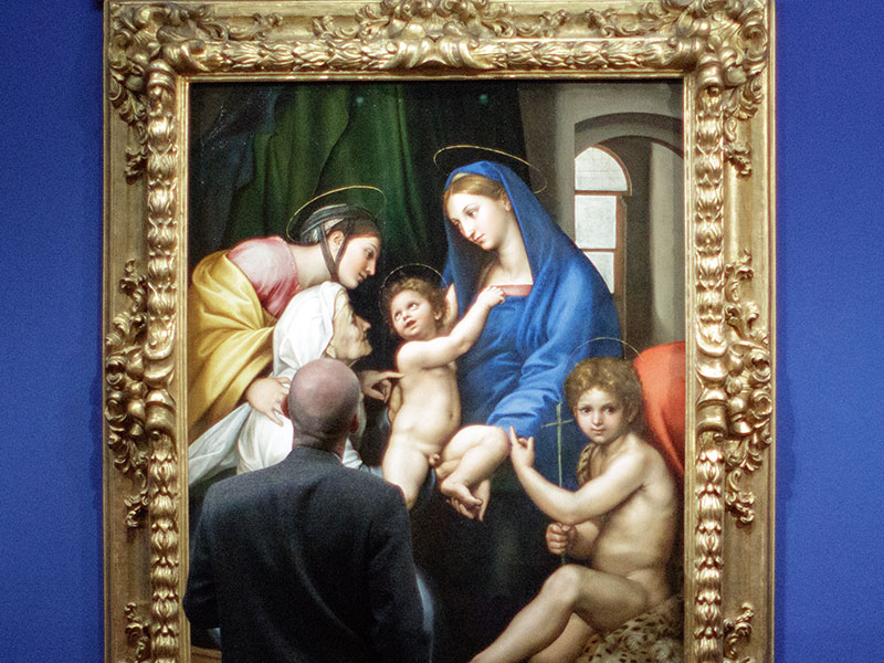 """Raffael-Ausstellung in der Albertina: Mann betrachtet """"Madonna dell Impannata"""""""