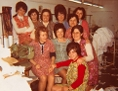 Ayten Keskin (stehend erste von rechts) mit Kolleginnen in einer Strumpffabrik im 5. Wiener Gemeindebezirk, um 1970 - Schenkung von Ayten Keskin, 2015