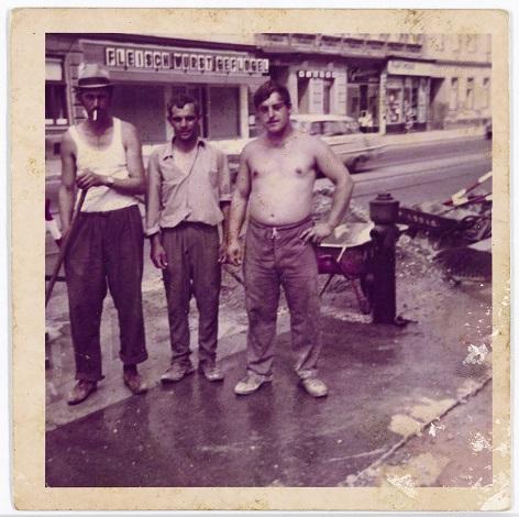 Peter Mijatović (links) mit Kollegen auf einer Baustelle in Wien, um 1969 - Schenkung von Niko und Zorica Mijatović, 2016