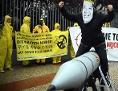 Aktivisten von ICAN protestieren am 13.9.2017 vor der nordkoreanischen Botschaft in Berlin, u.a. mit einer Maske des nordkoreanischen Machthabers Jong-un gegen den Konflikt zwischen Nordkorea und den USA