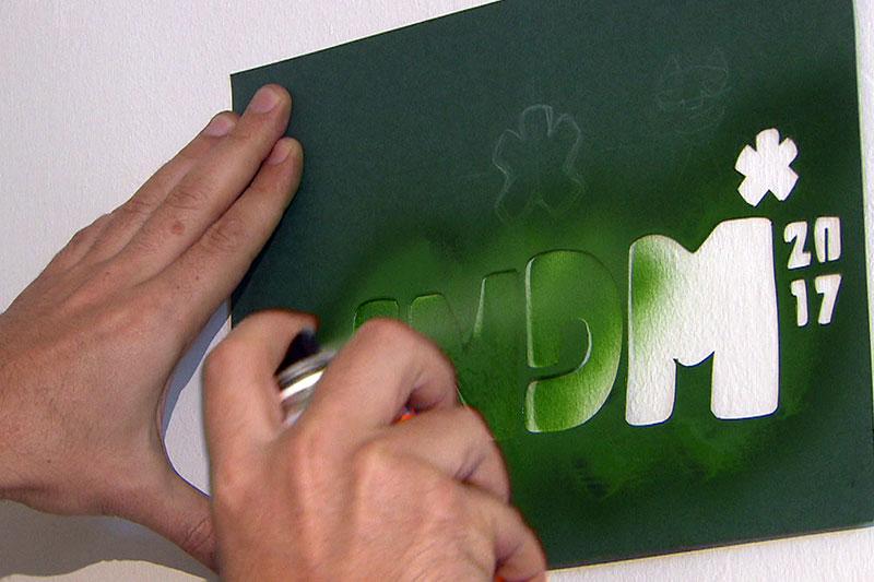 """Schriftzug """"LNDM 17"""" wird an Wand gesprayt"""