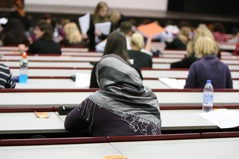 Integration, Studentin mit Kopftuch in Hörsaal