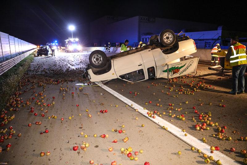 Unfall auf der A1 mit Apfeltransporter
