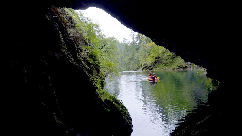 Nur mit einer Ausnahmegenehmigung darf der Quelltopf beim Pießling Ursprung in Roßleithen von den Höhlenforschern mit einem Schlauboot befahren werden.