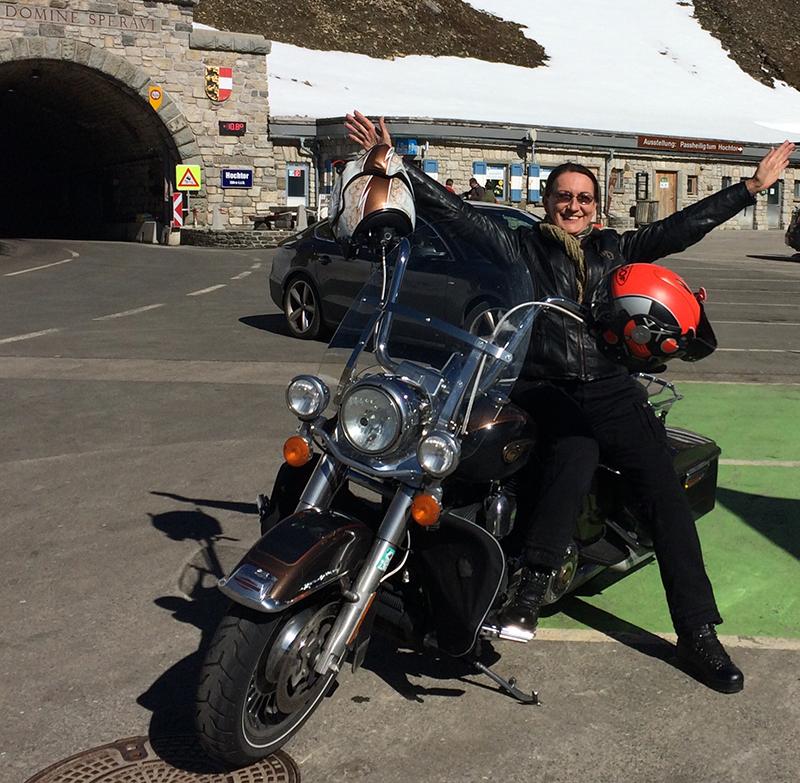 Ernestine Berger mit ihrer Harley Davidson