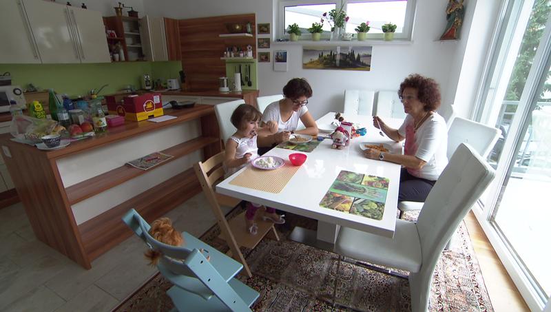 Alexandra Schleischitz isst mit ihrer Familie