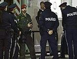Polizisten und Wachsoldaten