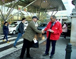 Alois Stöger im Wahlkampf vor dem Linzer Bahnhof