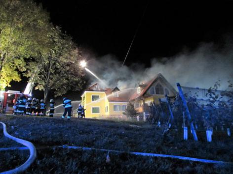 Feuerwehren löschen Wirtschaftsgebäude