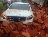 Unfall B78 Ziegel Lkw umgestürzt Auto begraben