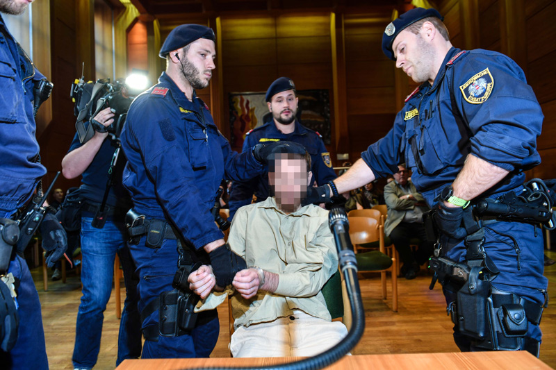 Verdächtiger mit Justizwachebeamten im Gerichtssaal
