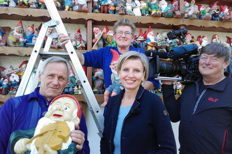 Romy Seidl, Roland Wieland, Helga Eidenhammer und ihr Mann mit Gartenzwergen