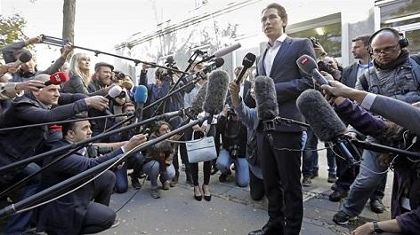 Rakouský ministr zahraničí, předseda lidovců a favorit parlamentních voleb v Rakousku Sebastian Kurz v obležení novinářů. (15. října 2017)