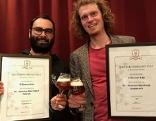 Peter Kreyci (links) und Philipp Zezula mit den Siegerurkunden und Gläsern mit selbstgebrautem Bier