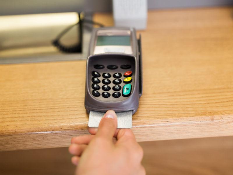 jemand zahlt mit Bankomat
