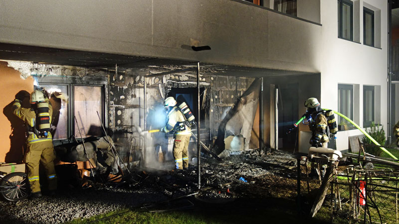 Löscharbeiten bei Brand in Reutte