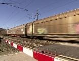 ÖBB Zug Rotlicht Gleise Winter Eisenbahnkreuzung