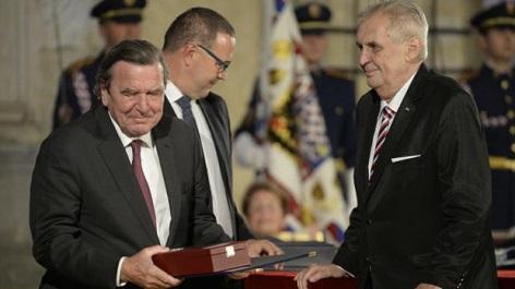 bývalý německý kancléř Gerhard Schröder převzal vyznamenání