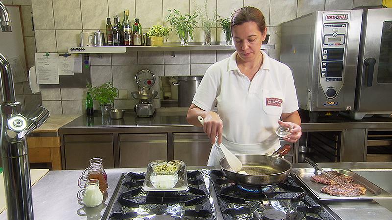 Claudia Mirth in der Küche