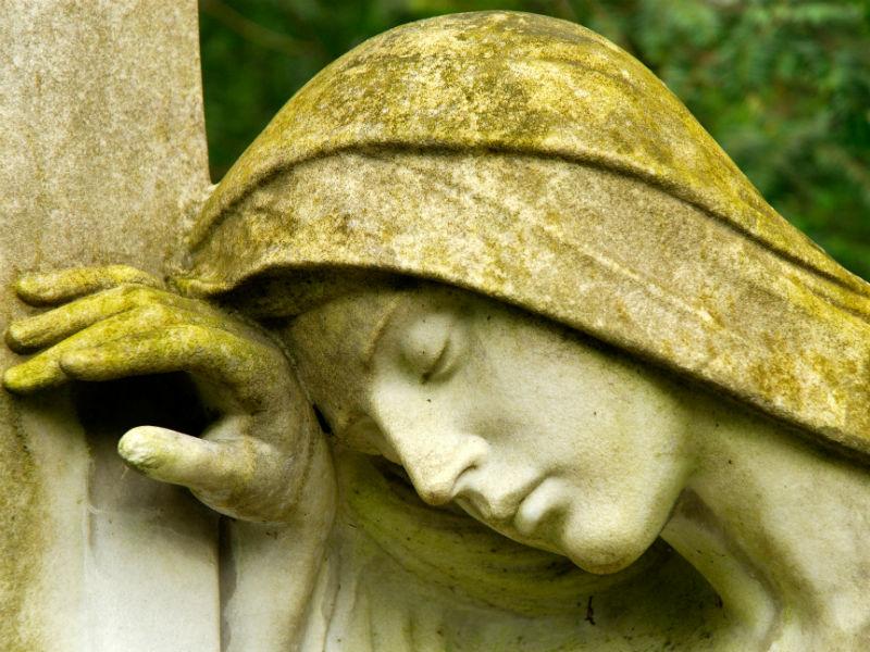 trauernde Frau aus Stein