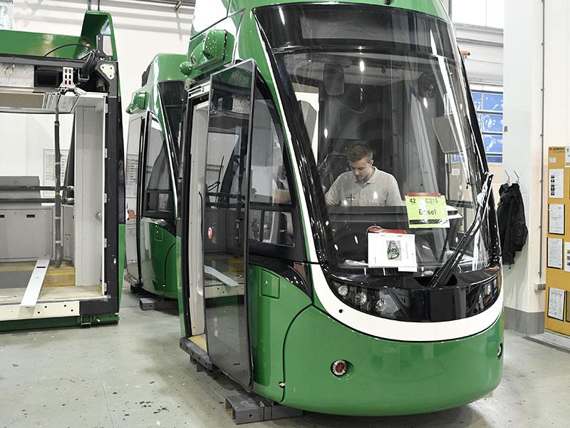 Mitarbeiter bei Bombardier Wien in Straßenbahn