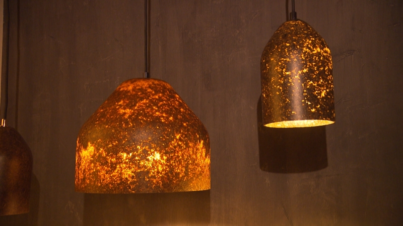 goldenes leuchten lampen aus laub tirol. Black Bedroom Furniture Sets. Home Design Ideas