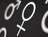 Tafel zeigt Zeichen für männliches und weibliches Geschlecht
