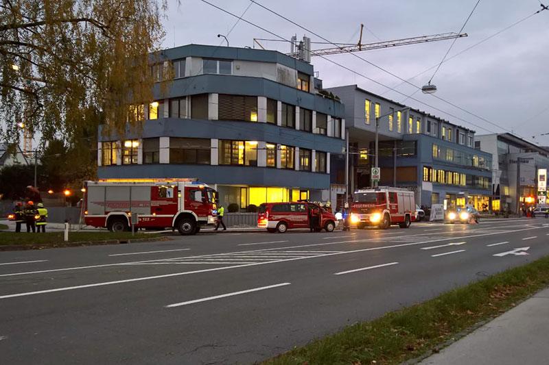Feuerwehrautos auf der Alpenstraße bei der Salzburg Wohnbau Zentrale