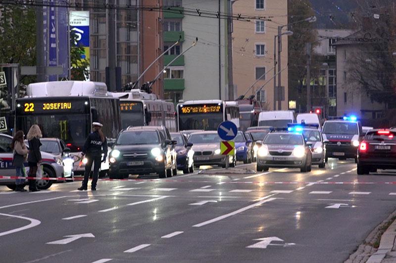 Stau auf der Alpenstraße mit Linienbussen und Polizeiautos