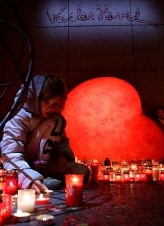 Svíčky lidé zapalují i na náměstí Václava Havla