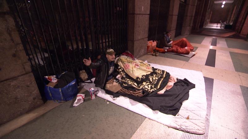 Obdachlose übernachten in Bozen auf der Straße