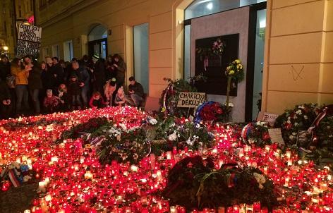 Lidé chodí zapálit svíčky k památníku začátku Sametové revoluce