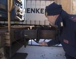 Polizeibeamter an einem Güterzug