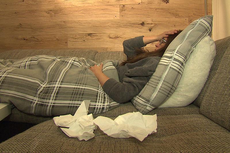 Frau erkältet am Sofa