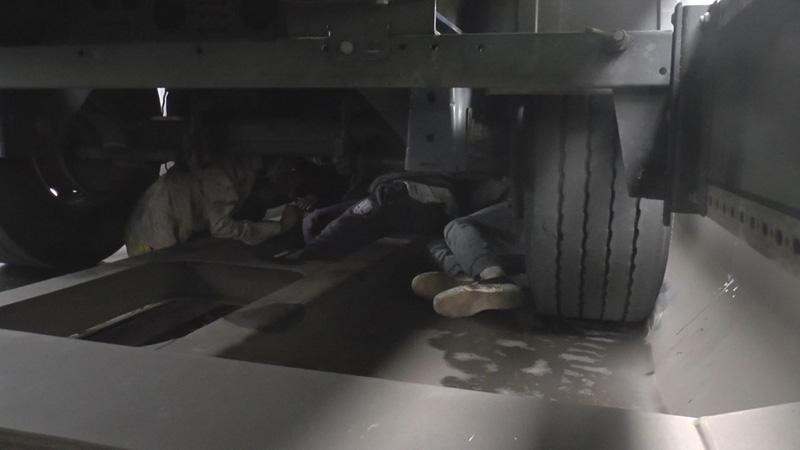 Menschen unter LKW versteckt