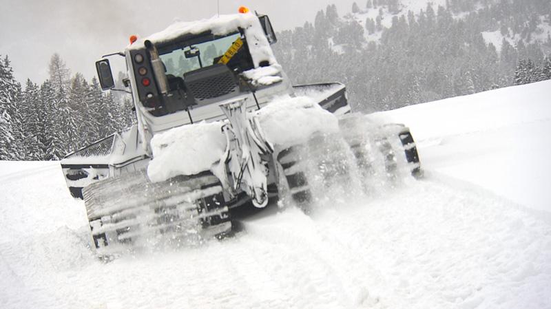 Pistenfahrzeug im Schnee