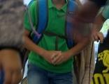 Schüler mit Schultasche kommt in Schule