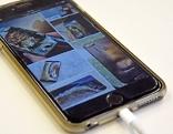 Smartphone (iPhone) mit angestecktem Ladekabel beim Aufladen