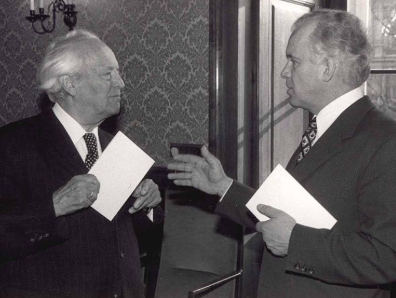 Alt-Landeshauptmann Heinrich Gleißner (li) und Landeshauptmann Josef Ratzenböck (re) im Gespräch (1977)