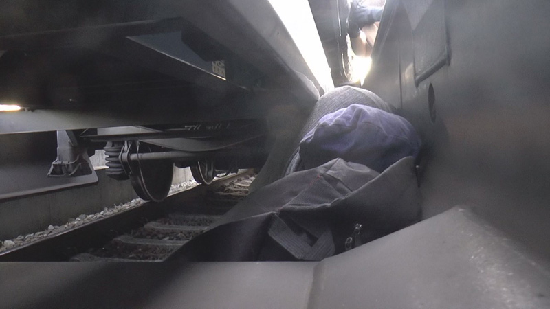 Mensch versteckt in Güterzug