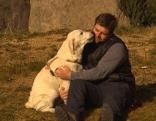 Hundetrainer Philipp kuschelt mit Hund
