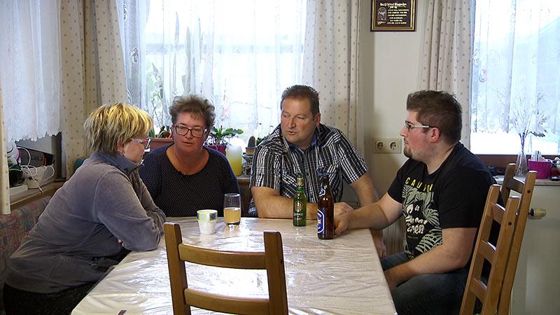 Aufgezeigt Marjeta Paulic nicht arbeitsfähig Eltern am Tisch