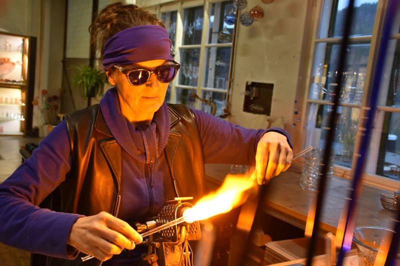 Maria Feichtner in ihrem Glasbläser-Atelier in Aschach an der Donau